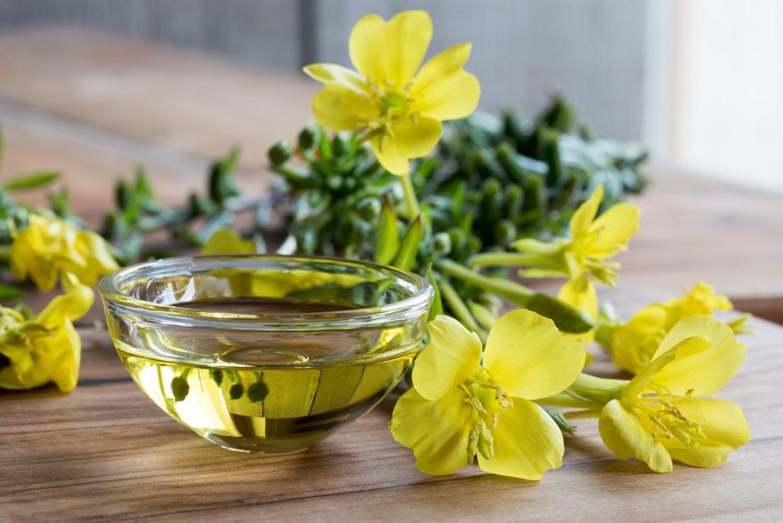 olejek z wiesiołka na stole